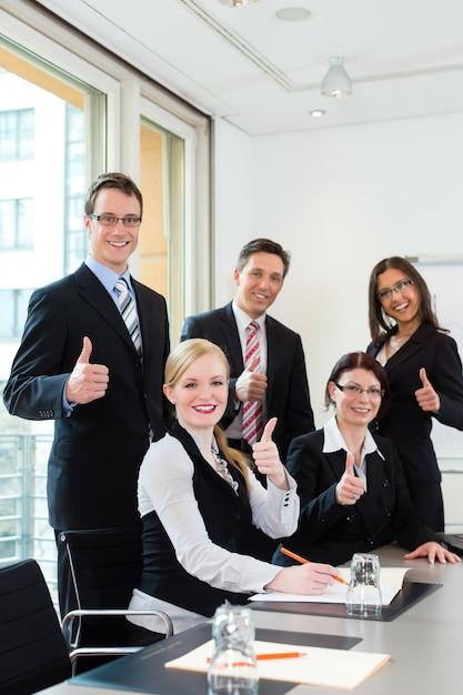 У бизнесменов встреча команды в офисе Premium Фотографии