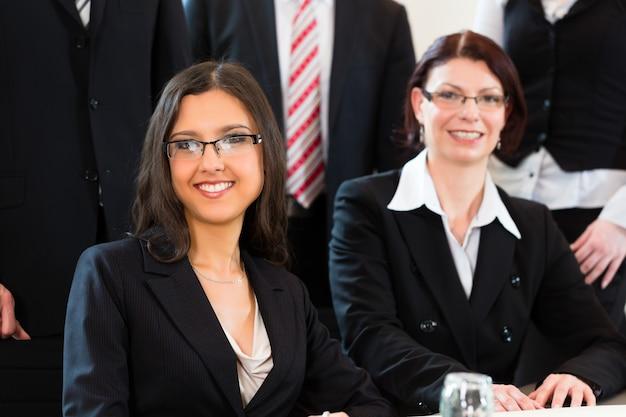 ビジネスマンはオフィスでチーム会議を持っています Premium写真