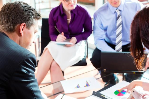 オフィスで会議を行っているビジネス人々 Premium写真