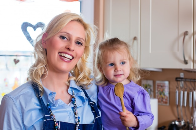 家族-母と子のピザを焼く Premium写真