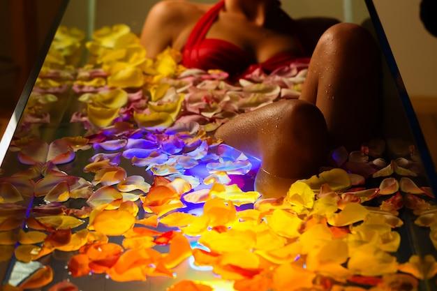 カラーセラピー付きのスパで入浴する女性 Premium写真