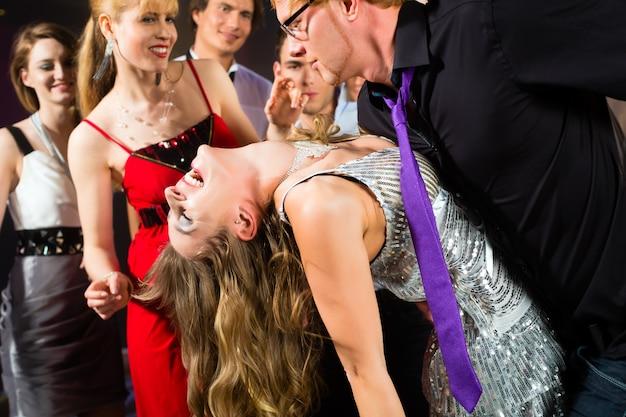 ディスコクラブで踊るパーティーの人々 Premium写真