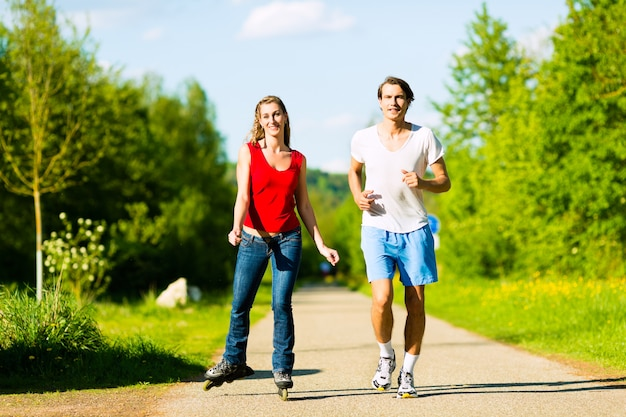 屋外スポーツを行う若いカップル Premium写真