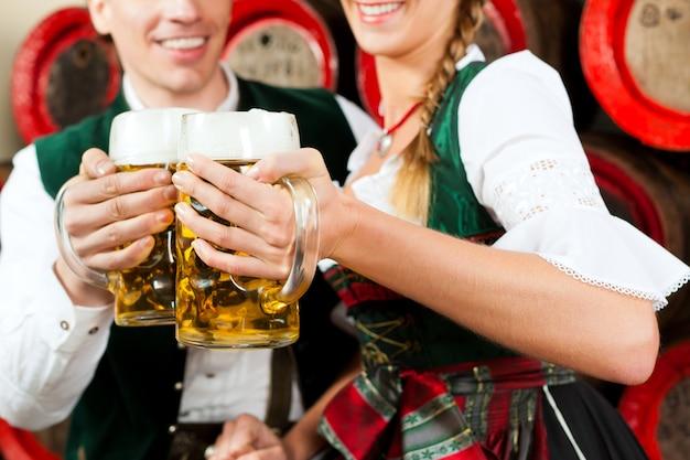 ビール醸造所でビールを飲むカップル Premium写真