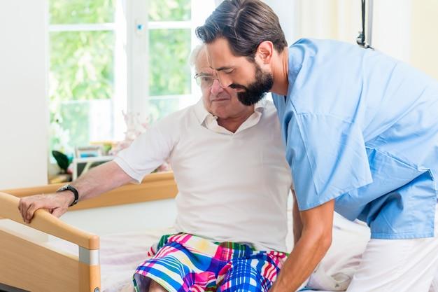 車椅子からベッドまでシニアを支援する介護看護師 Premium写真