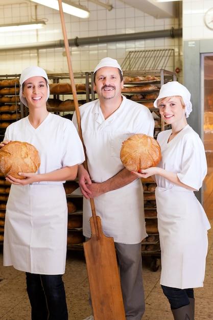 パン屋の彼のチームとベイカー Premium写真