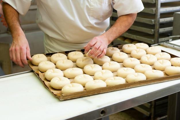 男性パン焼きパンロール Premium写真