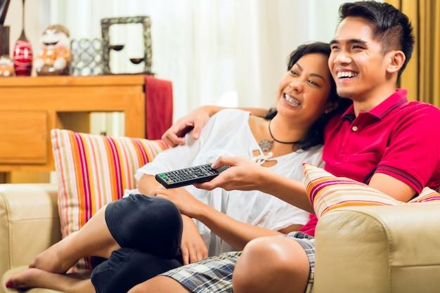 テレビを見ているアジアのカップル Premium写真