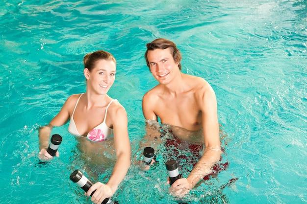 フィットネス-スイミングプールまたはスパの水中でのスポーツと体操 Premium写真