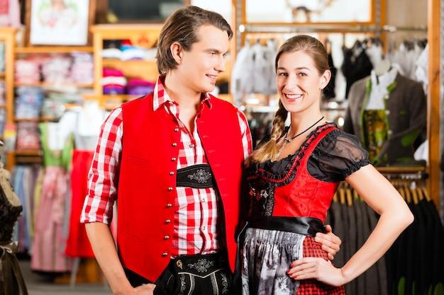 Пара пытается дирндль или ледерхозен в магазине Premium Фотографии