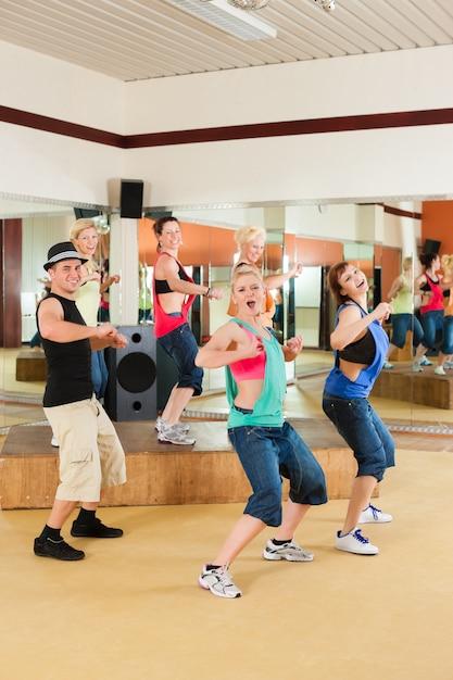 ズンバまたはジャズダンス-スタジオで踊る若者 Premium写真