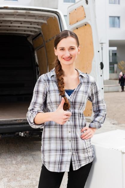 移動トラックの前の女性 Premium写真
