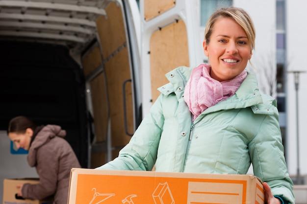 移動トラックをロードする女性の友人 Premium写真