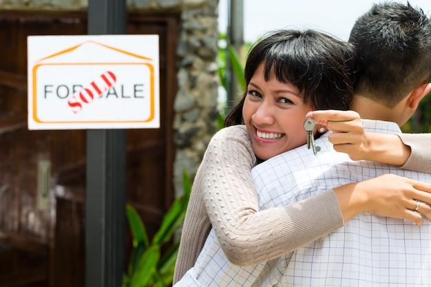 Азиатская пара ищет недвижимость Premium Фотографии