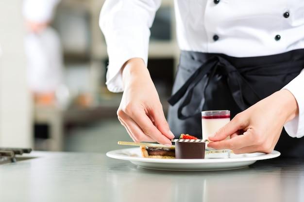 クック、パティシエ、ホテルまたはレストランのキッチンで Premium写真