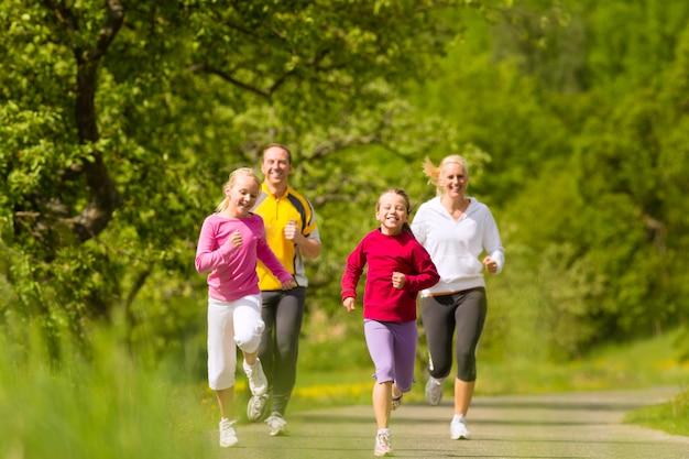 屋外スポーツのジョギング家族 Premium写真