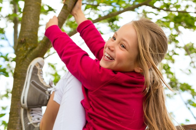庭で遊んで幸せな子 Premium写真