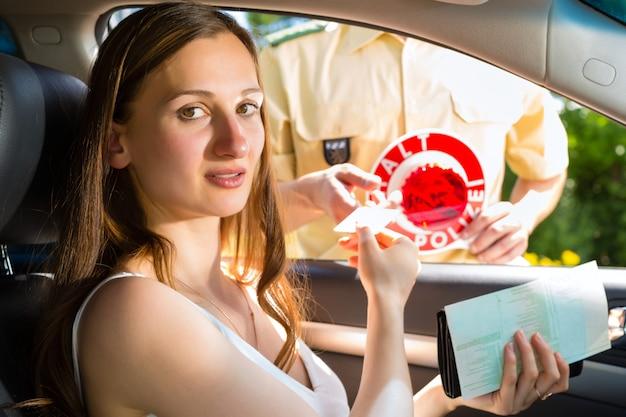 警察、交通違反でチケットを取得する女性 Premium写真