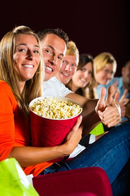 映画館で映画を見たり、楽しんだりする人々 Premium写真