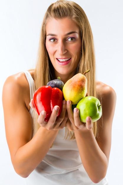 健康的な食事、果物と野菜で幸せな女 Premium写真