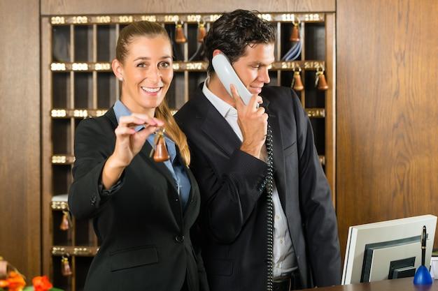 ホテルでのレセプション、男女 Premium写真