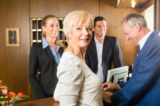 レセプション、ゲストはホテルにチェックイン Premium写真