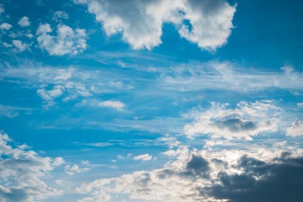 見事な空とさまざまな光雲の背景。 Premium写真