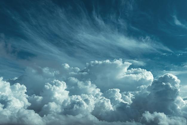 見事な空と大きな暗い雲の背景 Premium写真