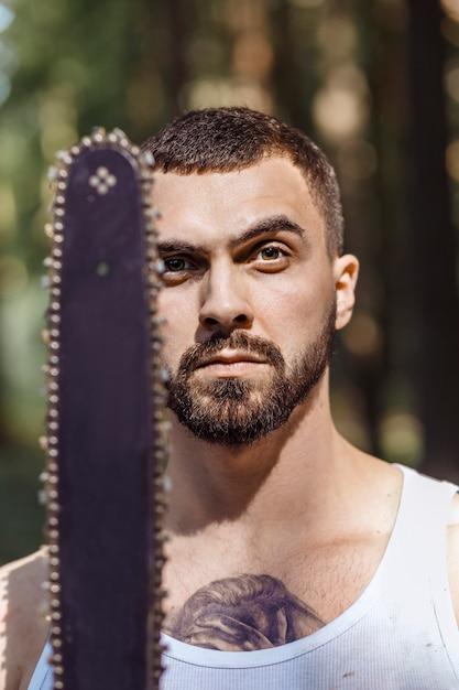 積極的な筋肉の男性木こりの肖像画 Premium写真
