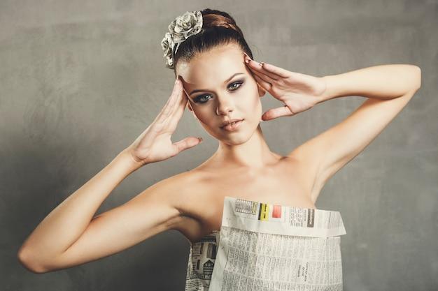 和紙のドレスを着た少女 Premium写真