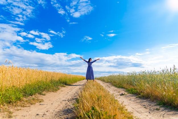 麦畑で美しいブルネットの女性 Premium写真