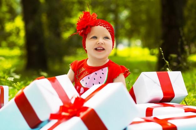 カラフルなギフトボックスとうれしそうな子供女の子 Premium写真