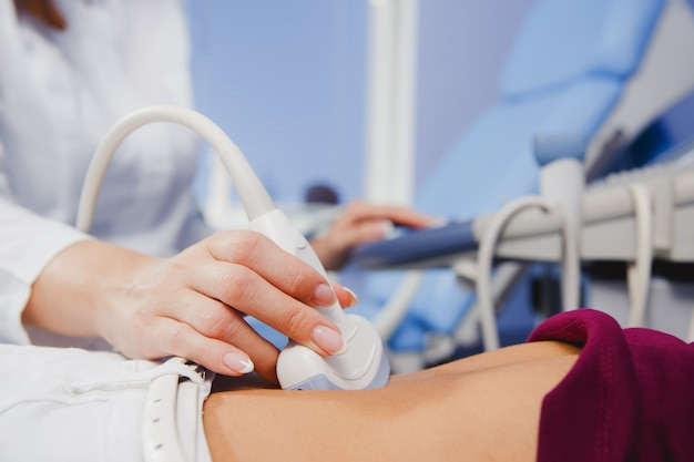 女医手術用超音波スキャナー Premium写真