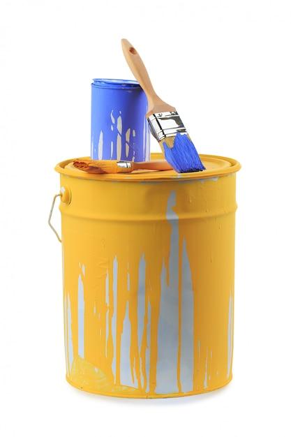 異なる色の塗料の缶を開く Premium写真