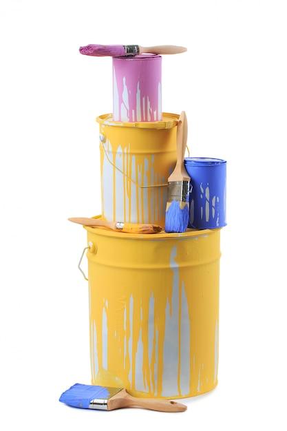 さまざまな色やブラシのペイント缶を開ける Premium写真