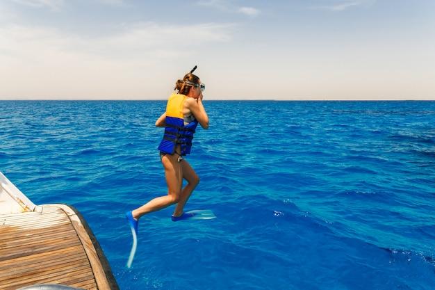 若い女性のジャンプ Premium写真