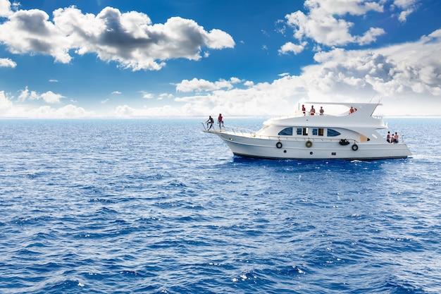 Белая яхта в синем тропическом море Premium Фотографии
