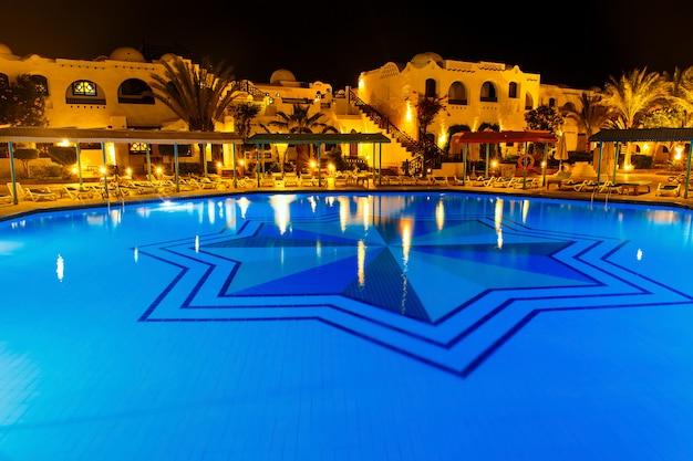 夜の水プール Premium写真