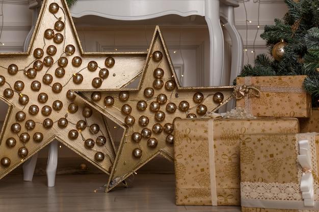 クリスマスツリーの下の高級ギフトボックスの写真 Premium写真