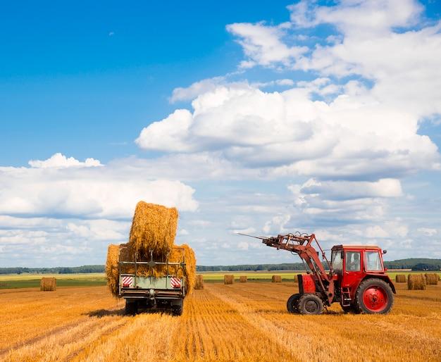 干し草を運ぶトラクター Premium写真