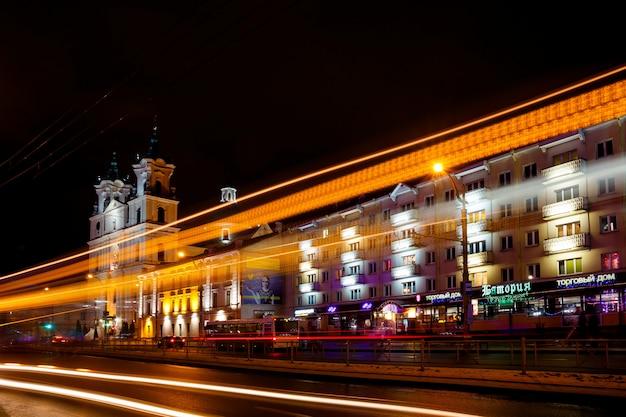 Автомобильные фары на фоне старого города Premium Фотографии