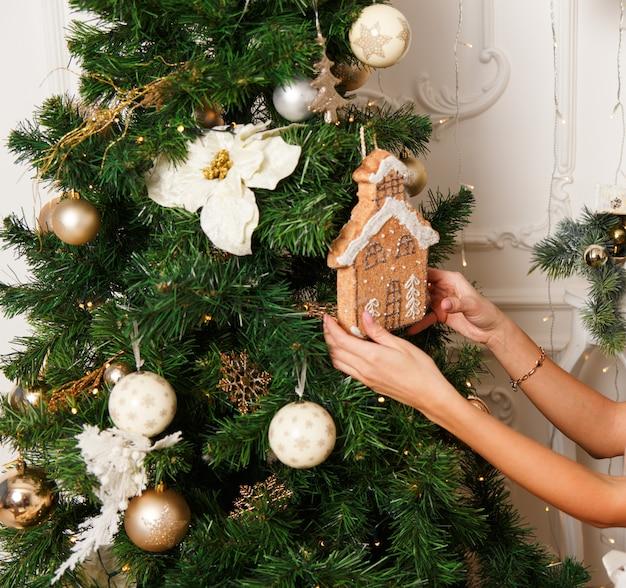 クリスマスツリーを飾る少女の手 Premium写真