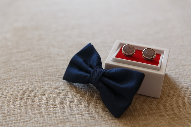 ボウタイベルトと布の上のカフスボタン Premium写真