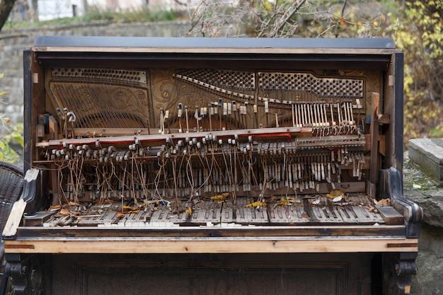 Внутренности старого разрушенного пианино Premium Фотографии