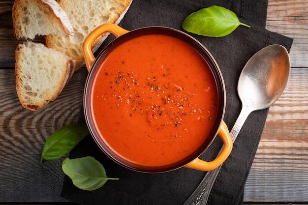 バジルと自家製トマトのスープ。 Premium写真