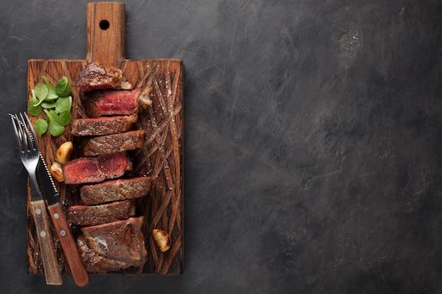 ニューヨークのステーキを食べる準備ができてのクローズアップ。 Premium写真