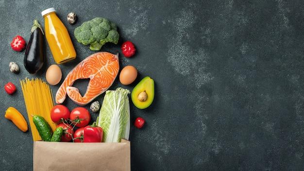 スーパーマーケット。健康食品がいっぱい入った紙袋。 Premium写真
