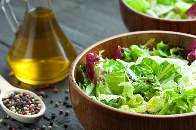 新鮮野菜のサラダ。 Premium写真