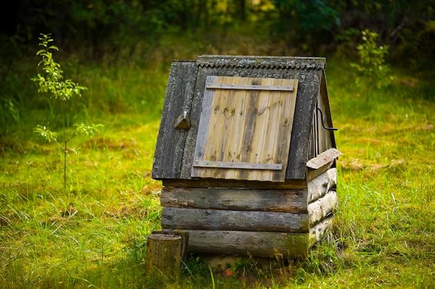 日没時の村でよく古い木造。 Premium写真