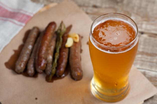 揚げソーセージと冷たいビールのジョッキ。 Premium写真
